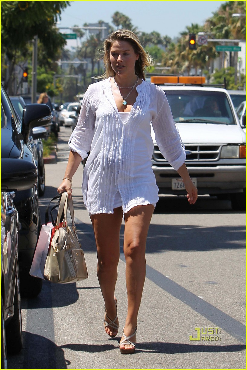 ali larter pregnant 14
