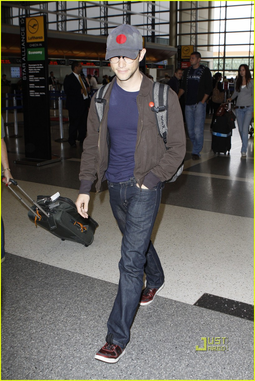 joseph gordon levitt flight at lax 082464223