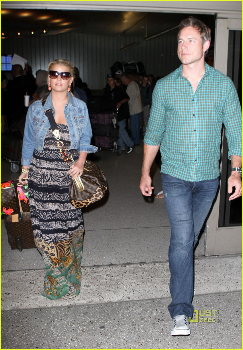 jessica simpson eric johnson home from italy 042466326