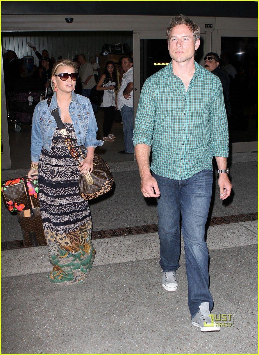 jessica simpson eric johnson home from italy 102466332