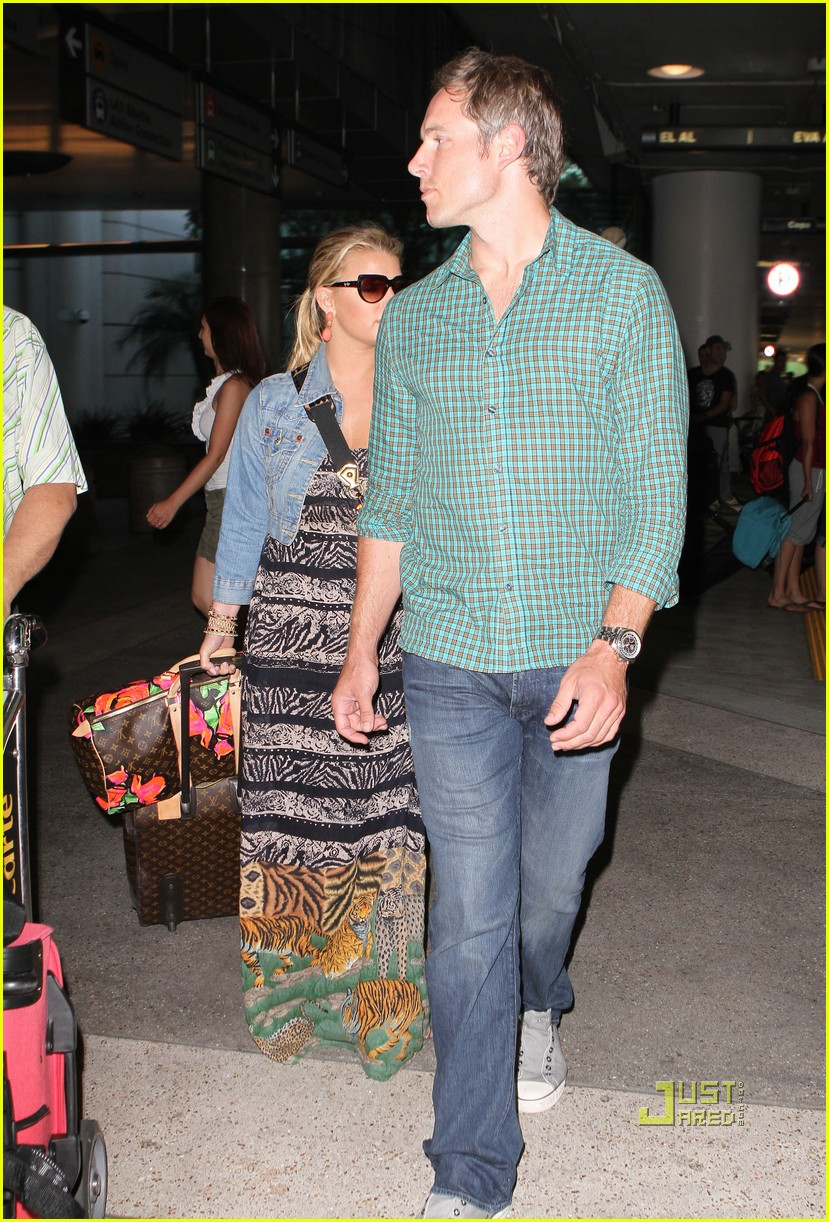 jessica simpson eric johnson home from italy 11