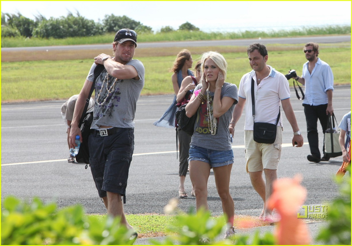 carrie underwood mike fisher arrive tahiti honeymoon 012465856