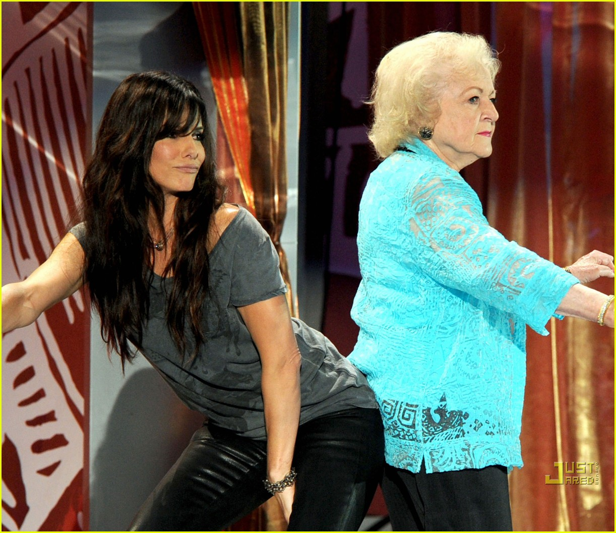 sandra bullock betty white 2010 teen choice awards backside buddies 05