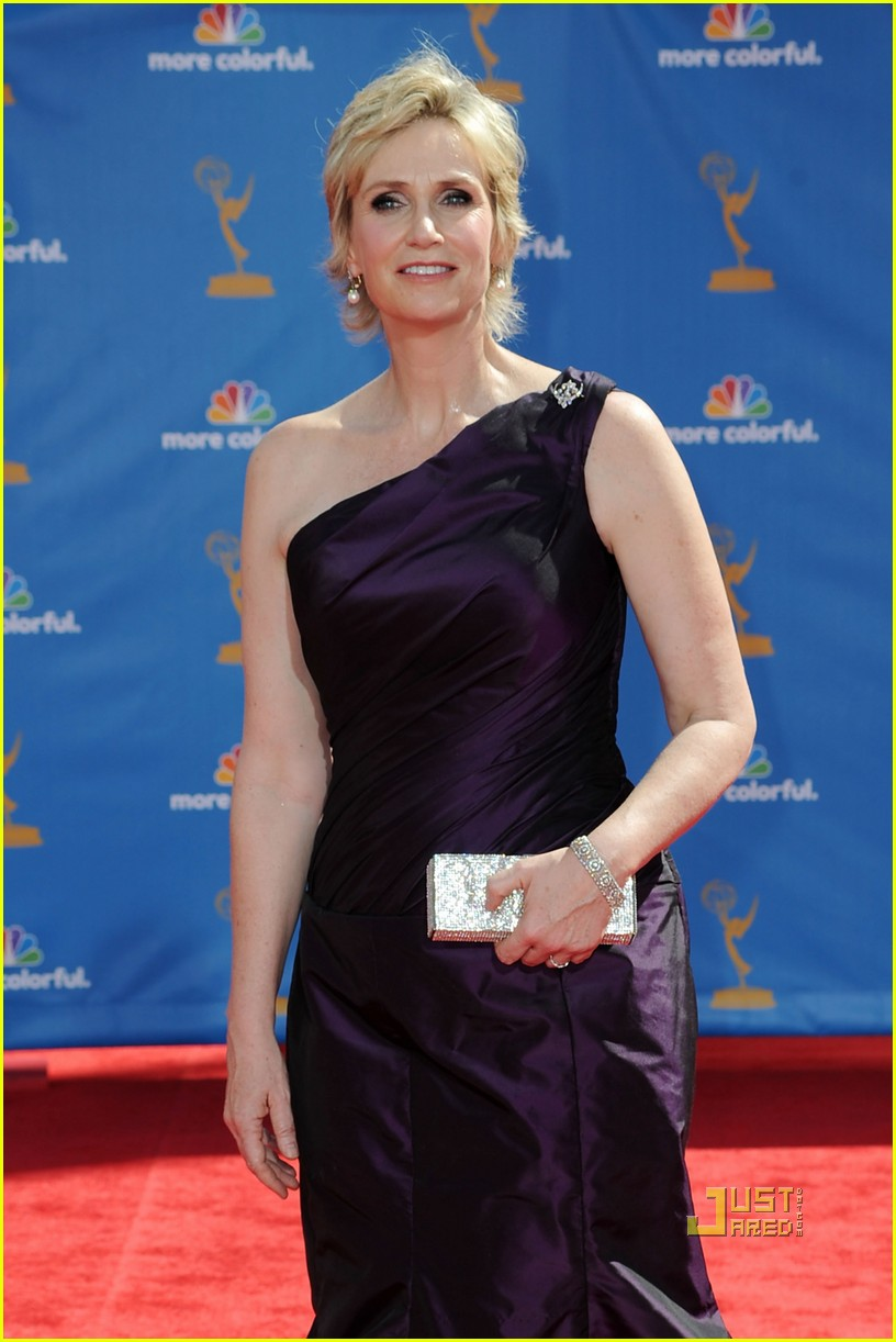 jane lynch emmys 2010 red carpet 05