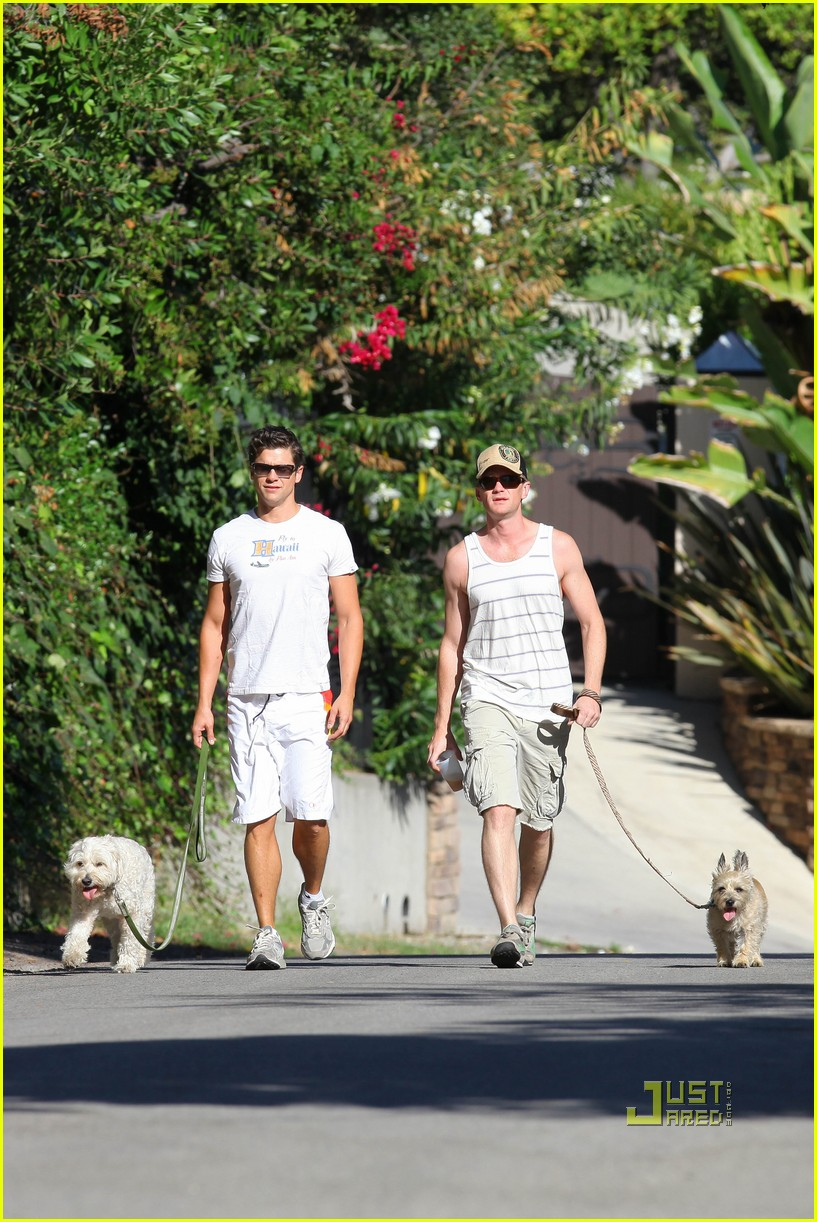 neil patrick harris david burtka dogwalking 012474779