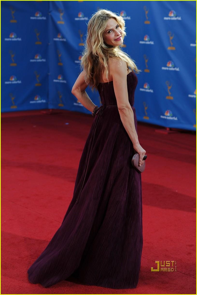 kyra sedgwick emmys 2010 red carpet 102476324