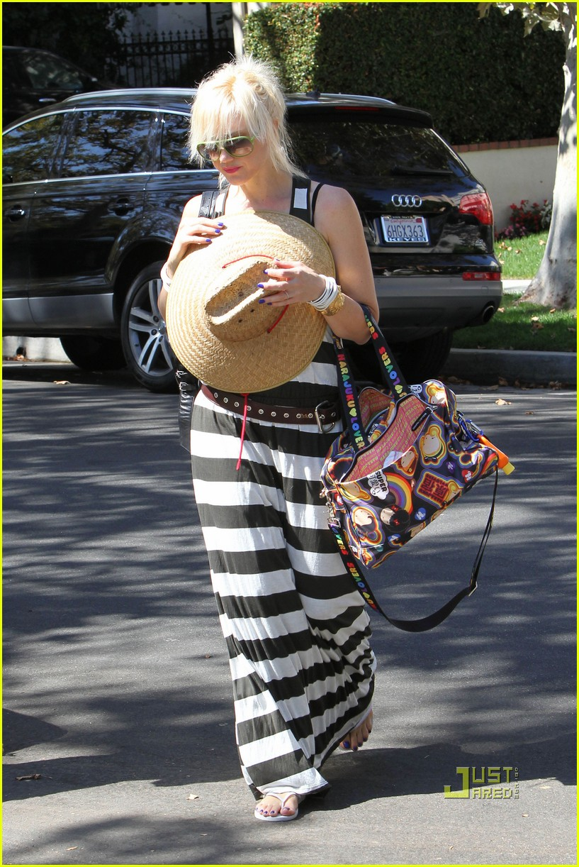 gwen stefani kingston zuma grandmas house 012475421