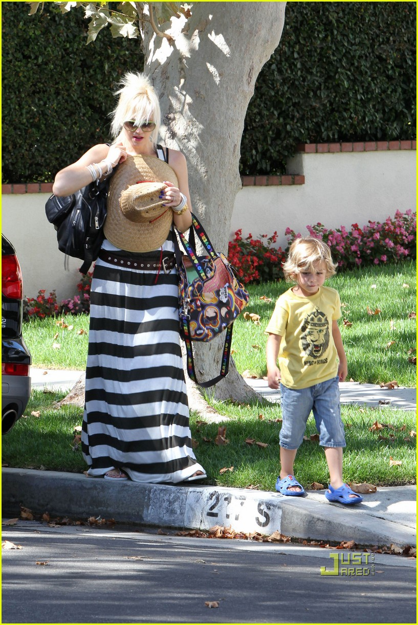 gwen stefani kingston zuma grandmas house 07