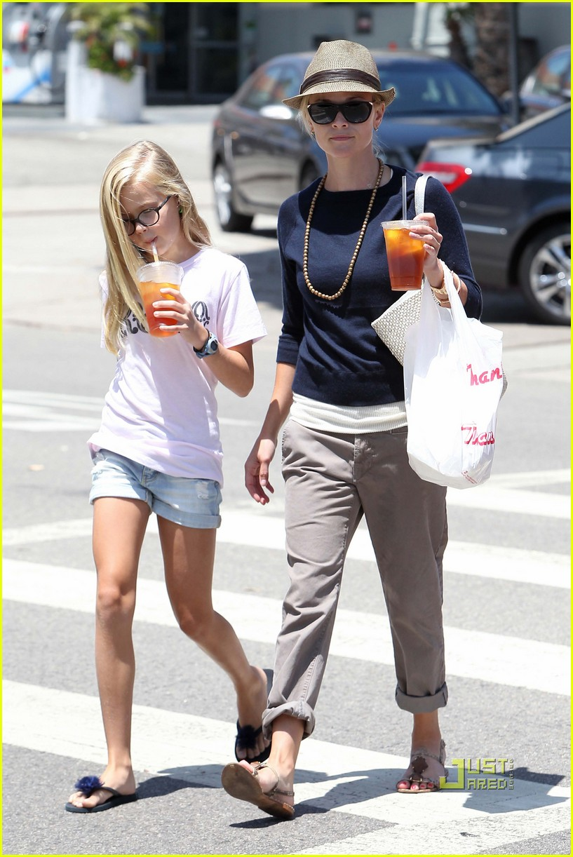 reese witherspoon ava phillippe iced tea time 01