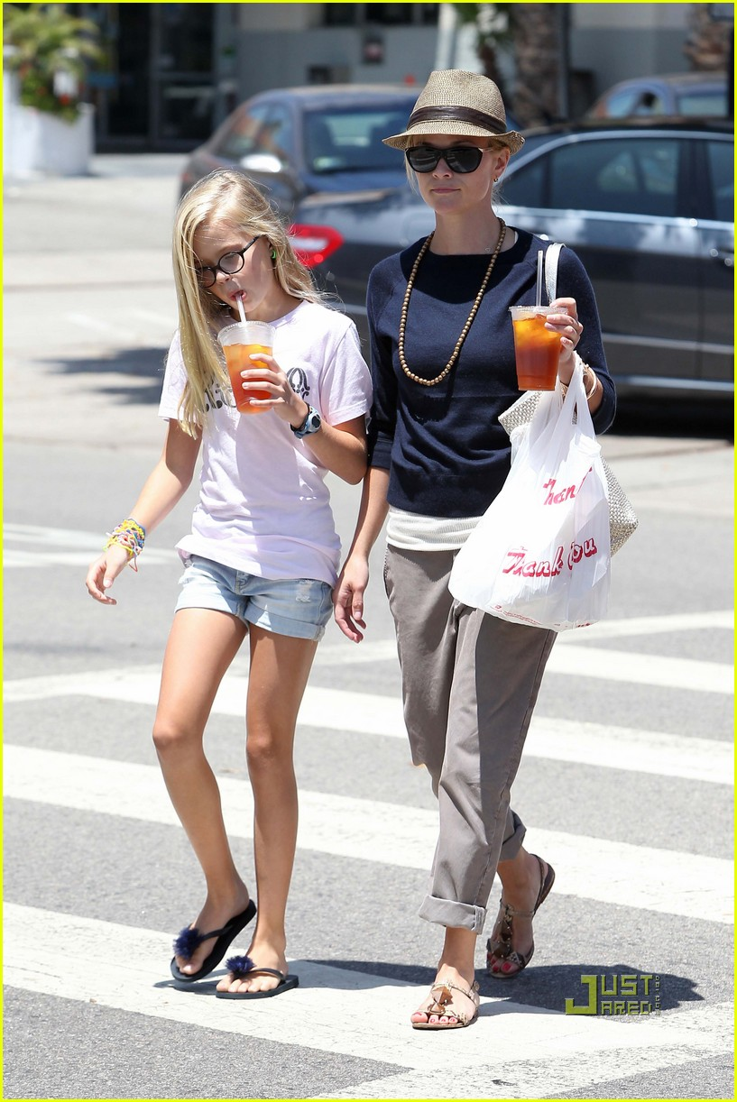 reese witherspoon ava phillippe iced tea time 072471452