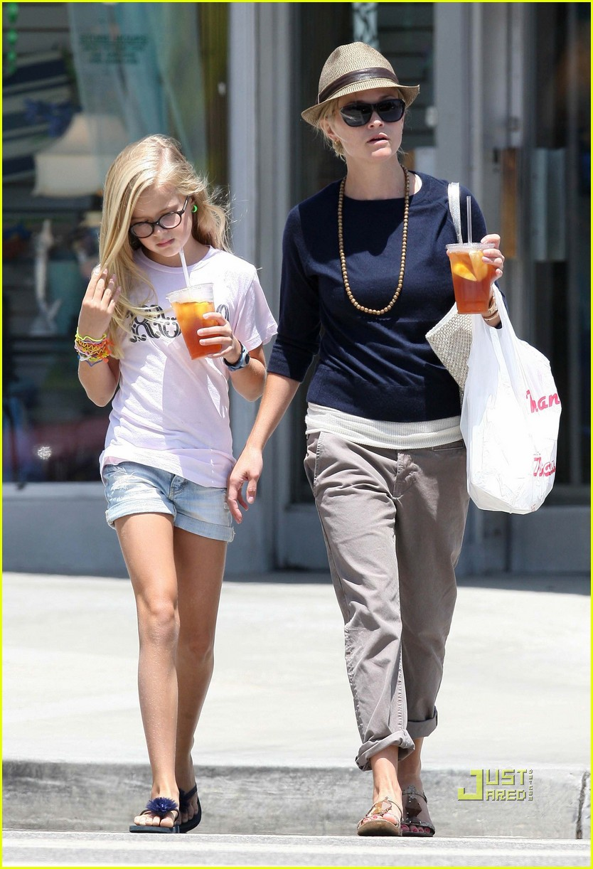 reese witherspoon ava phillippe iced tea time 102471455