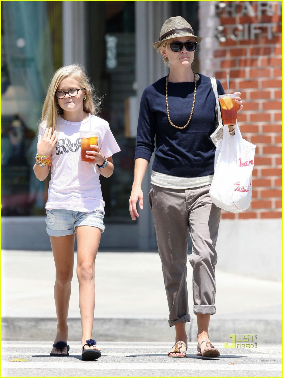 reese witherspoon ava phillippe iced tea time 122471457