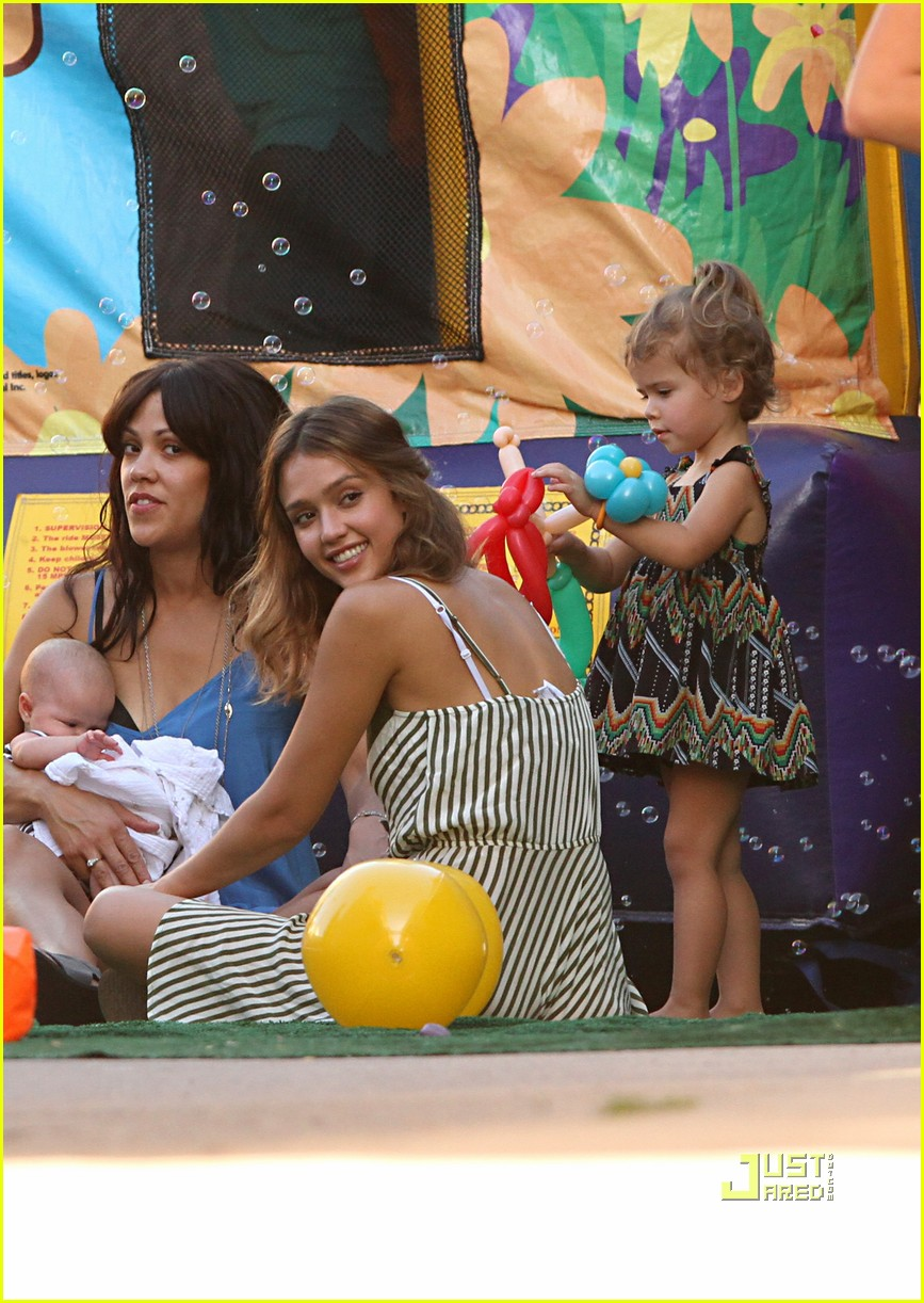 jessica alba honor warren birthday balloons 132483044