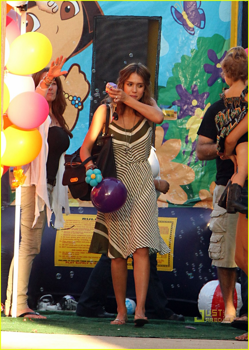 jessica alba honor warren birthday balloons 142483045