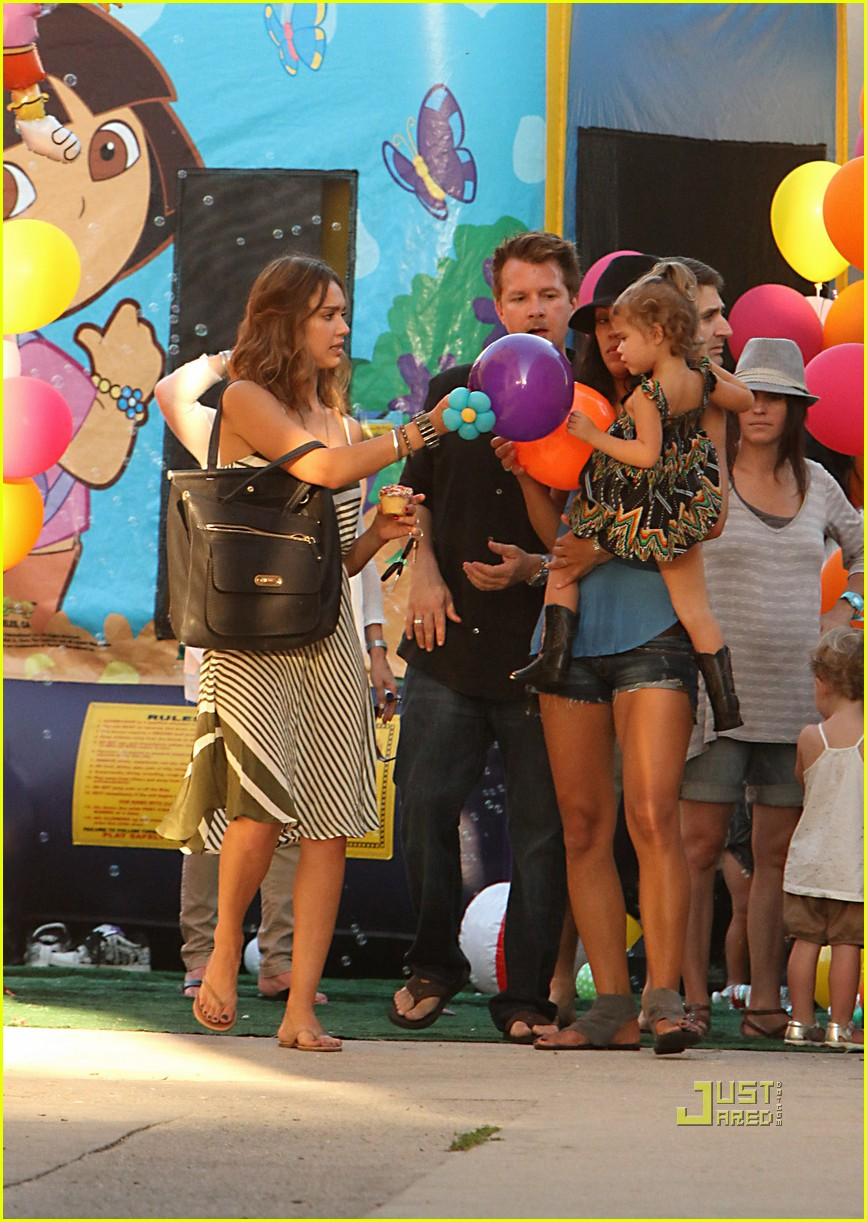 jessica alba honor warren birthday balloons 152483046