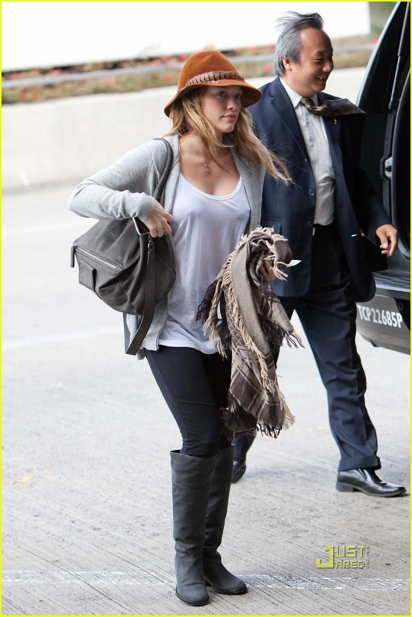 72318b13c7 Hilary Duff  Raccoon Tail Tote!  Photo 2479881