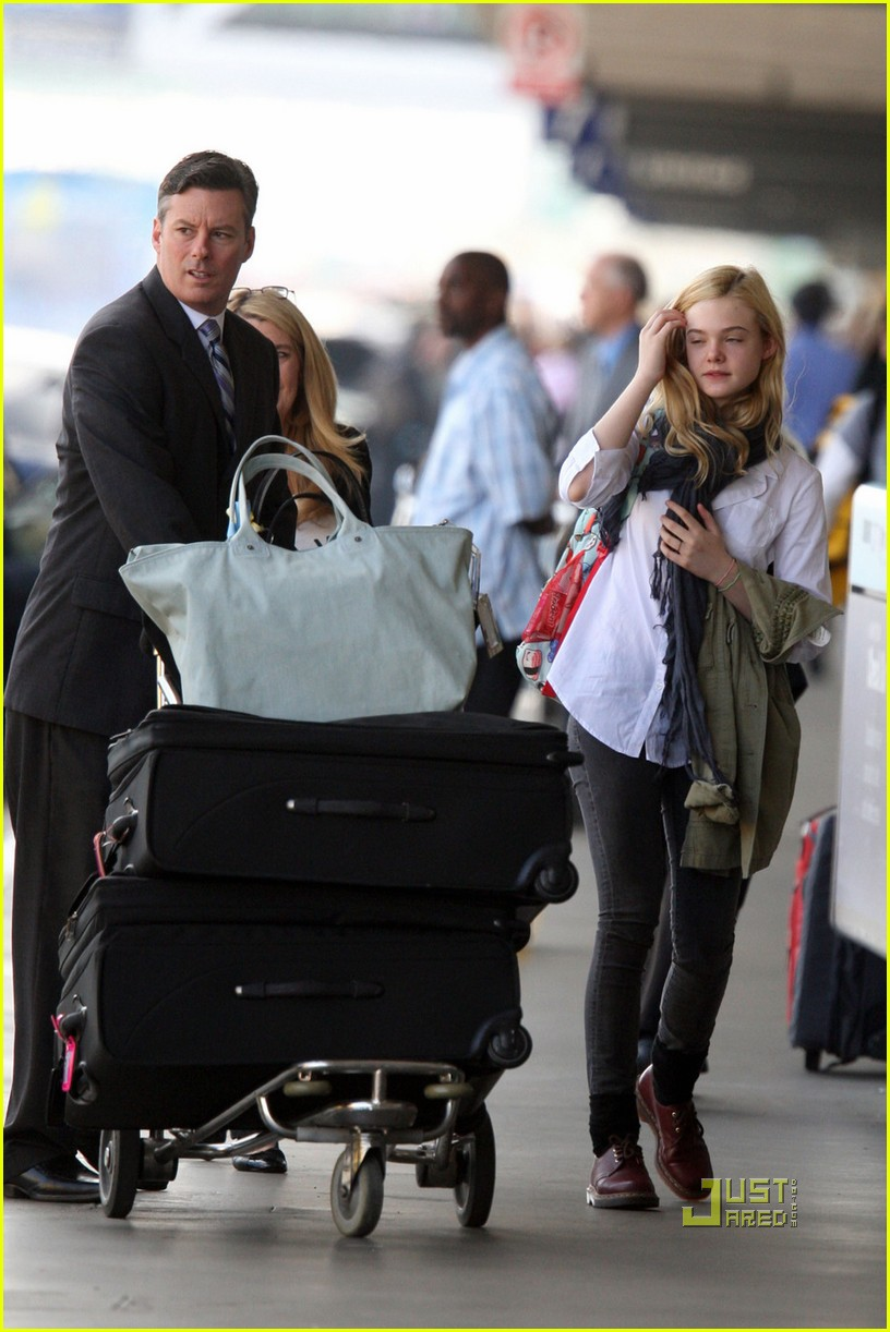 elle fanning sleepy lax 02