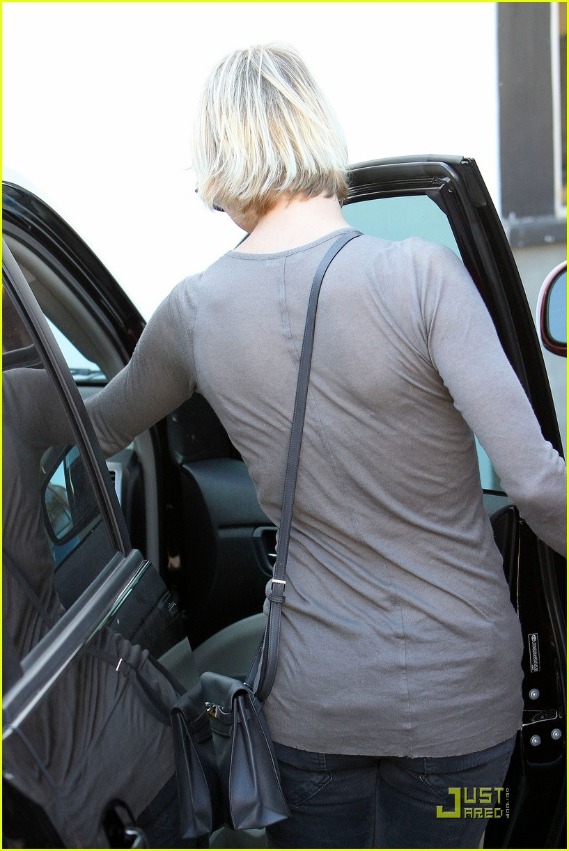 renee zellweger shops with bradley coopers mom 04