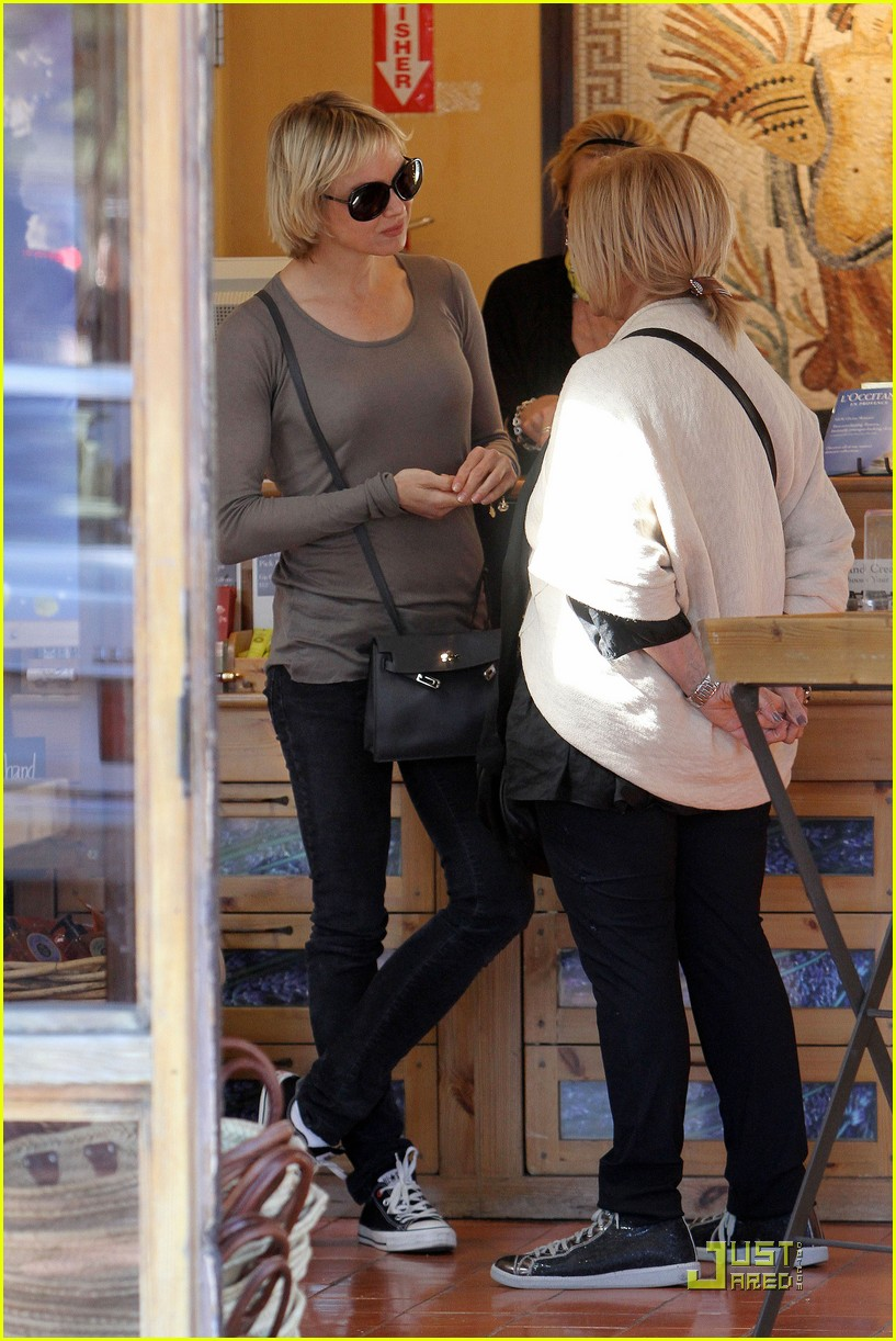renee zellweger shops with bradley coopers mom 09