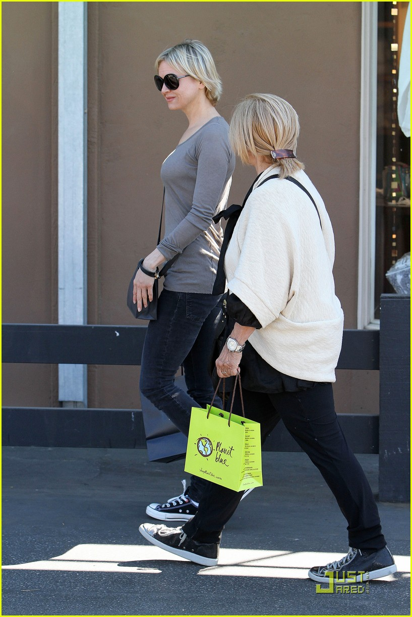 renee zellweger shops with bradley coopers mom 12