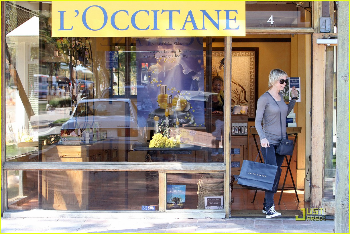 renee zellweger shops with bradley coopers mom 13