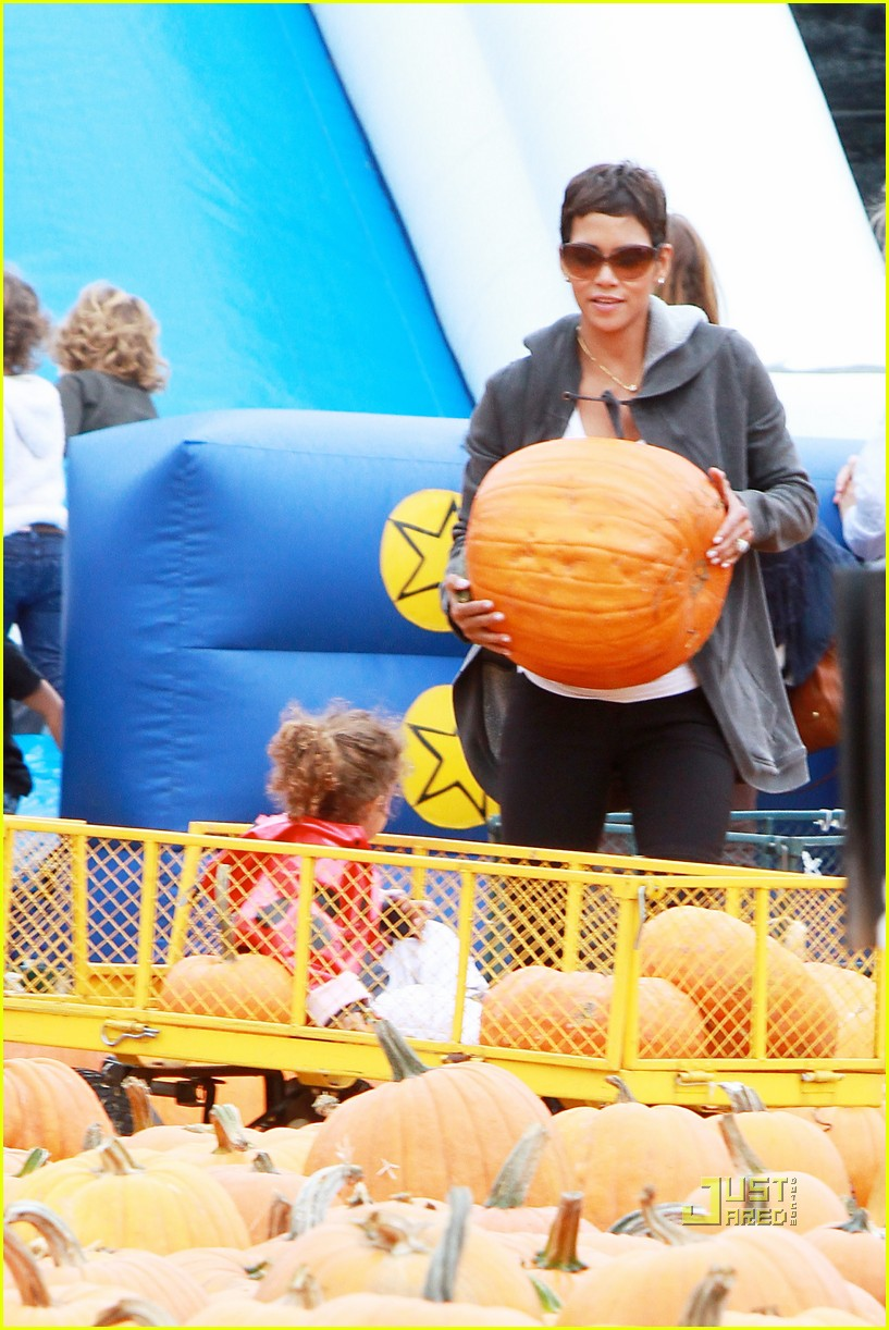 halle berry nahla pumpkin patch 042489220