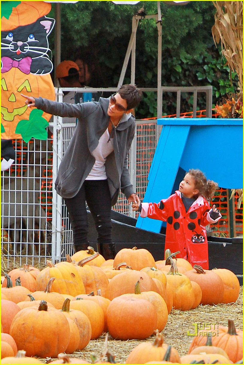 halle berry nahla pumpkin patch 05