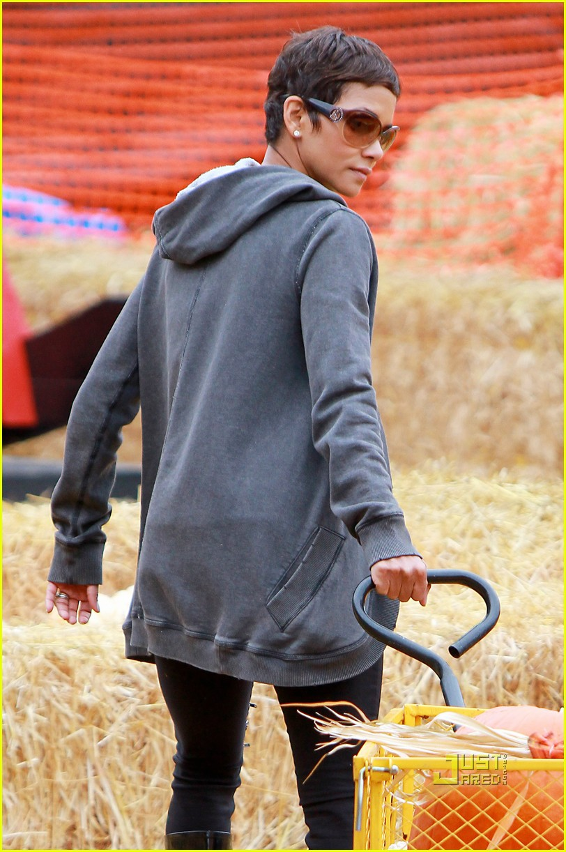 halle berry nahla pumpkin patch 062489222
