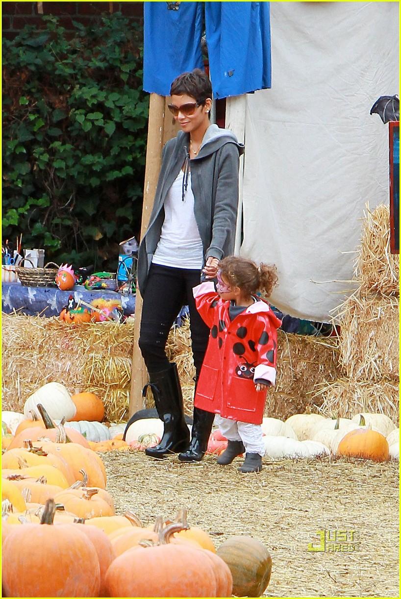 halle berry nahla pumpkin patch 122489228
