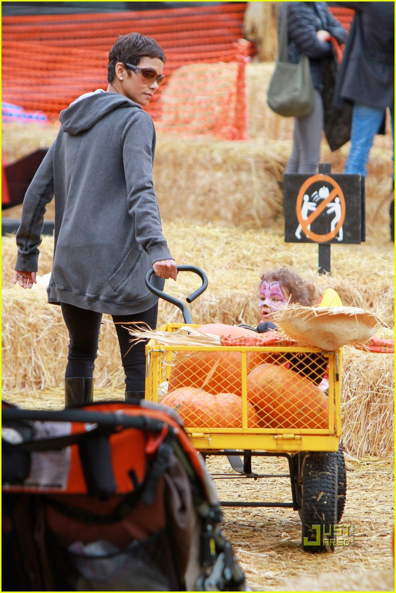 halle berry nahla pumpkin patch 142489230