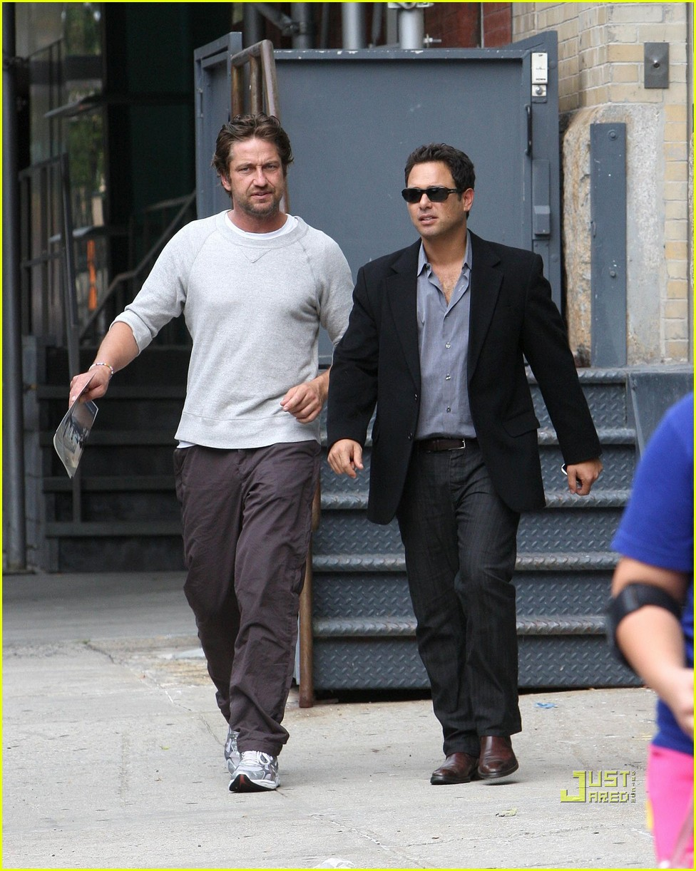 Gerard Butler Apartment Hunting Downtown