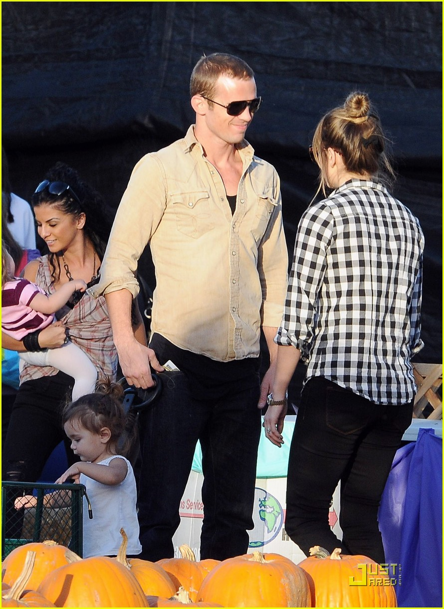 cam gigandet visits a pumpkin patch 042491000