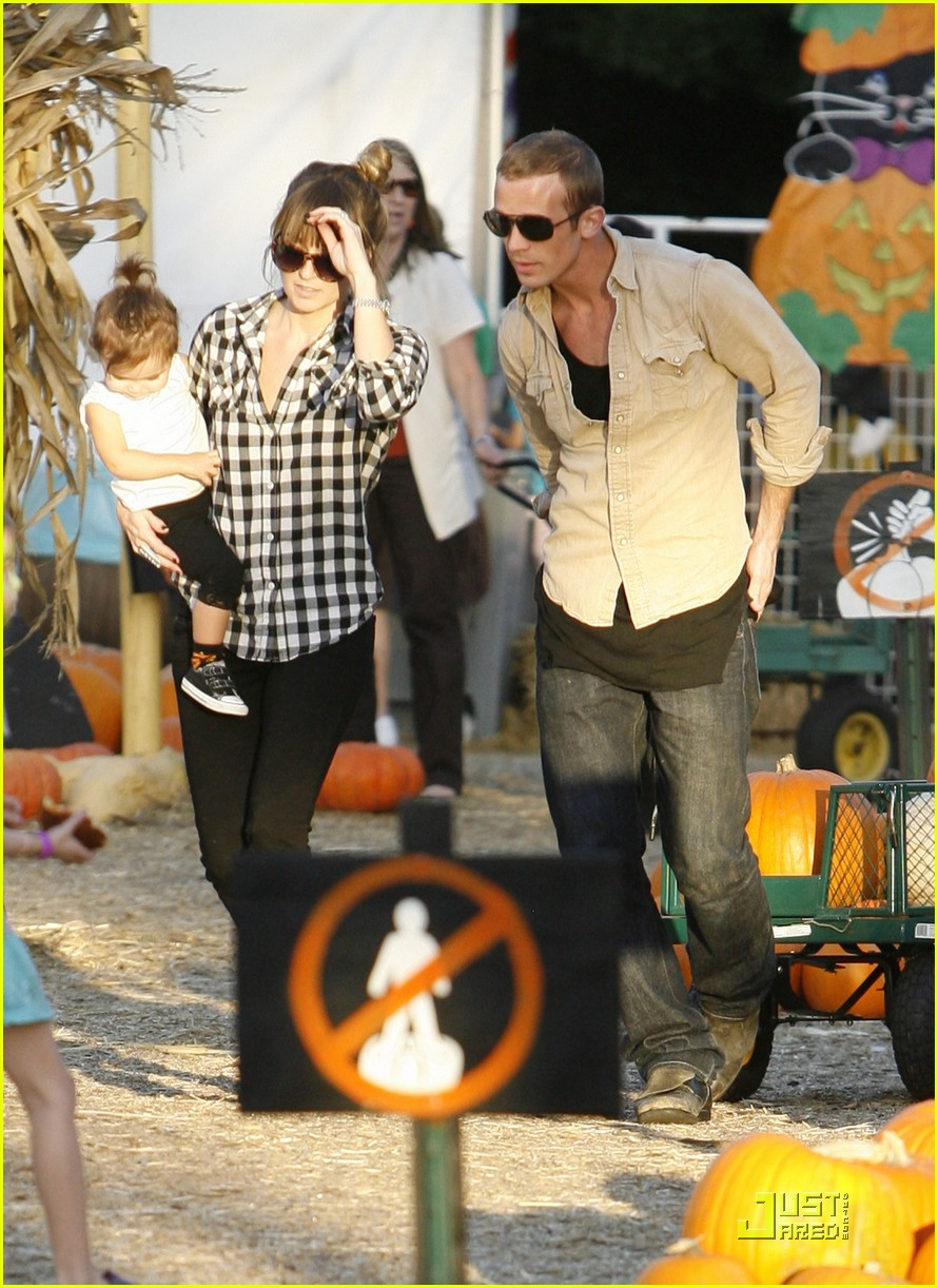 cam gigandet visits a pumpkin patch 092491005