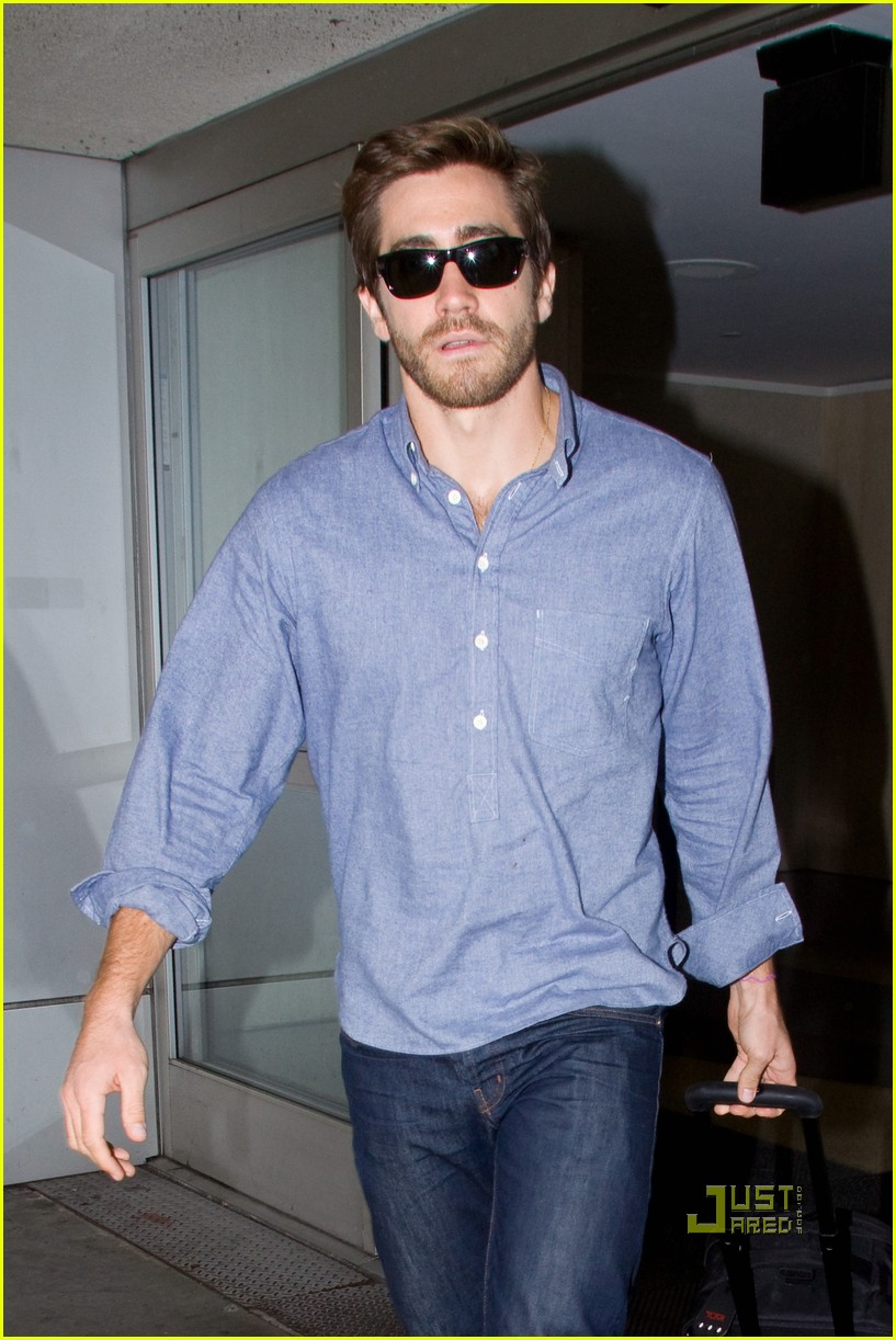 jake gyllenhaal blue shirt lax 01