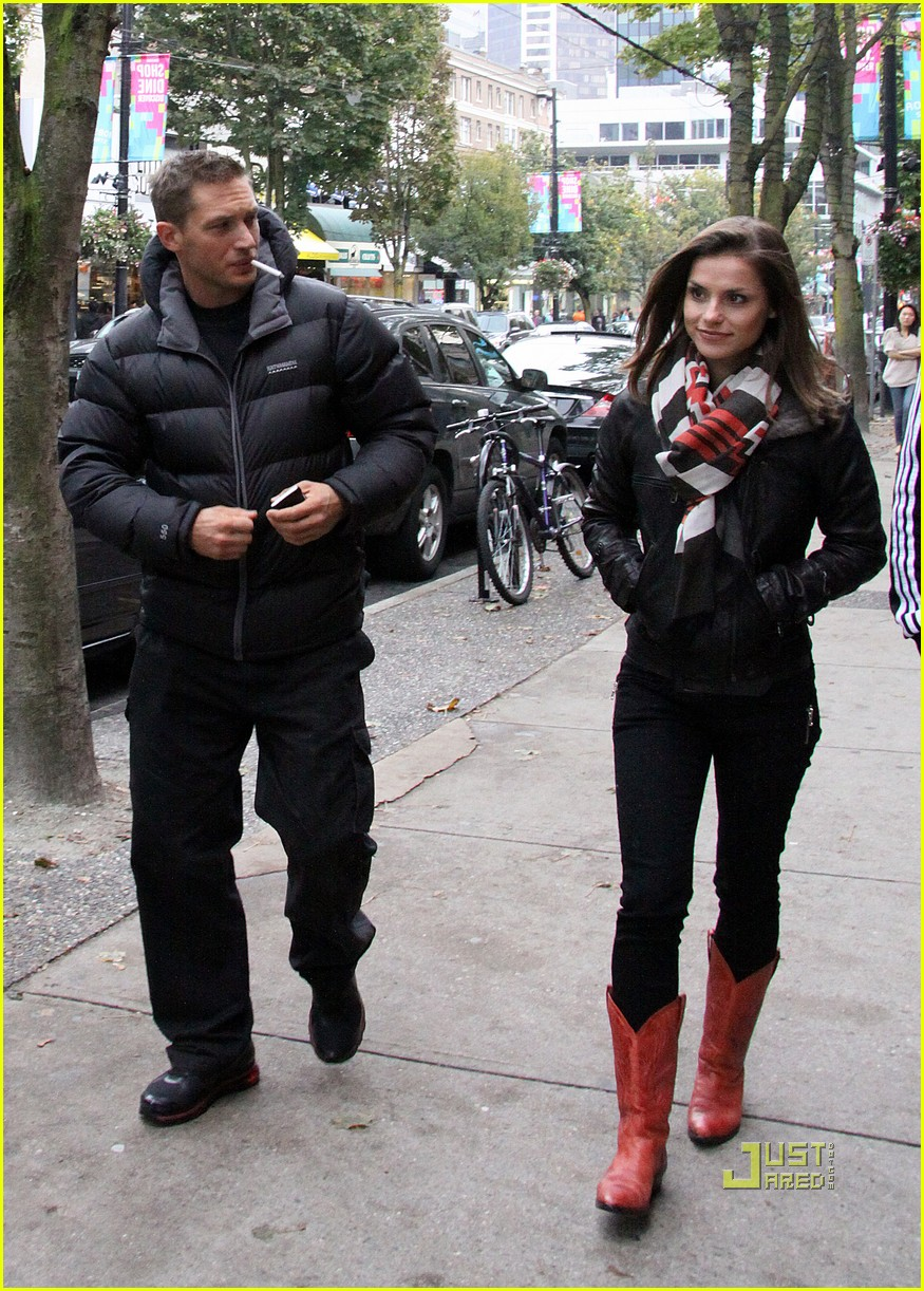 tom hardy charlotte riley robson street stroll 05