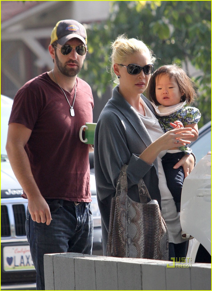 katherine heigl takes her coffee to go 03