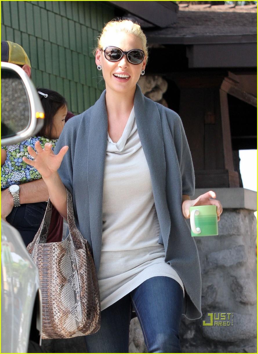 katherine heigl takes her coffee to go 042486987