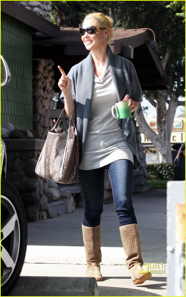 katherine heigl takes her coffee to go 102486993