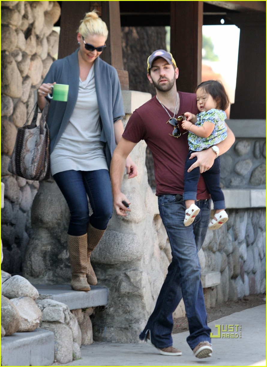 katherine heigl takes her coffee to go 152486998