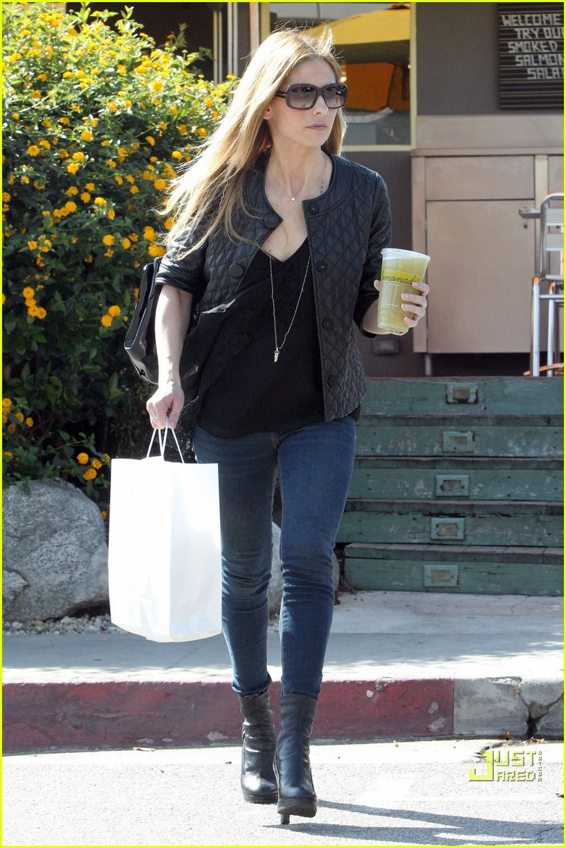 sarah michelle gellar lemonade lady 102486119