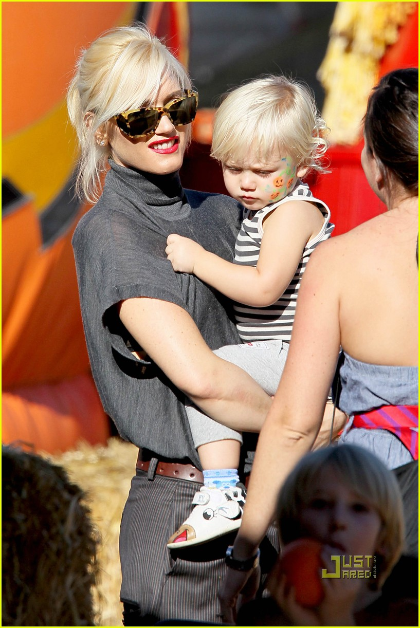 gwen stefani pumpkin patch playtime with zuma and kingston 022490639
