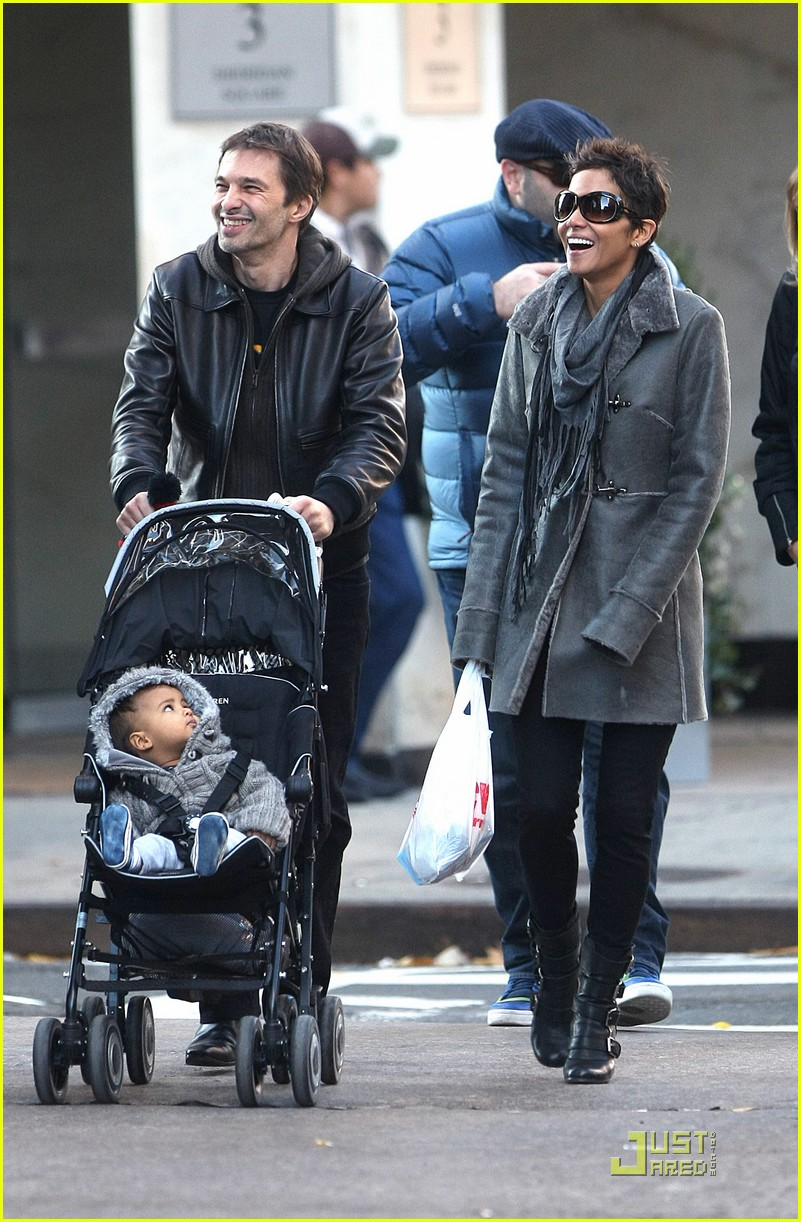 Halle Berry & Olivier Martinez: Smiley Stroll in NYC ...