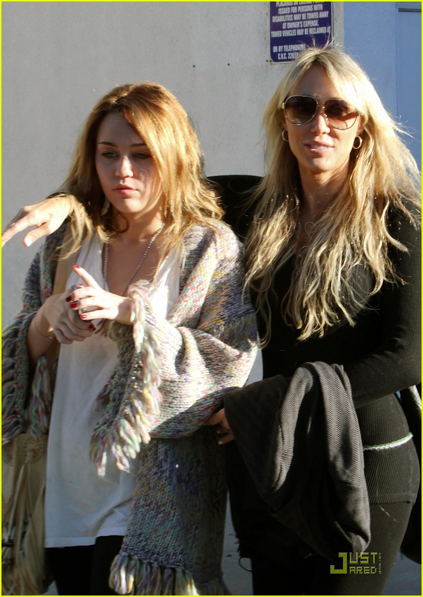 miley cyrus pampered mom 042499280