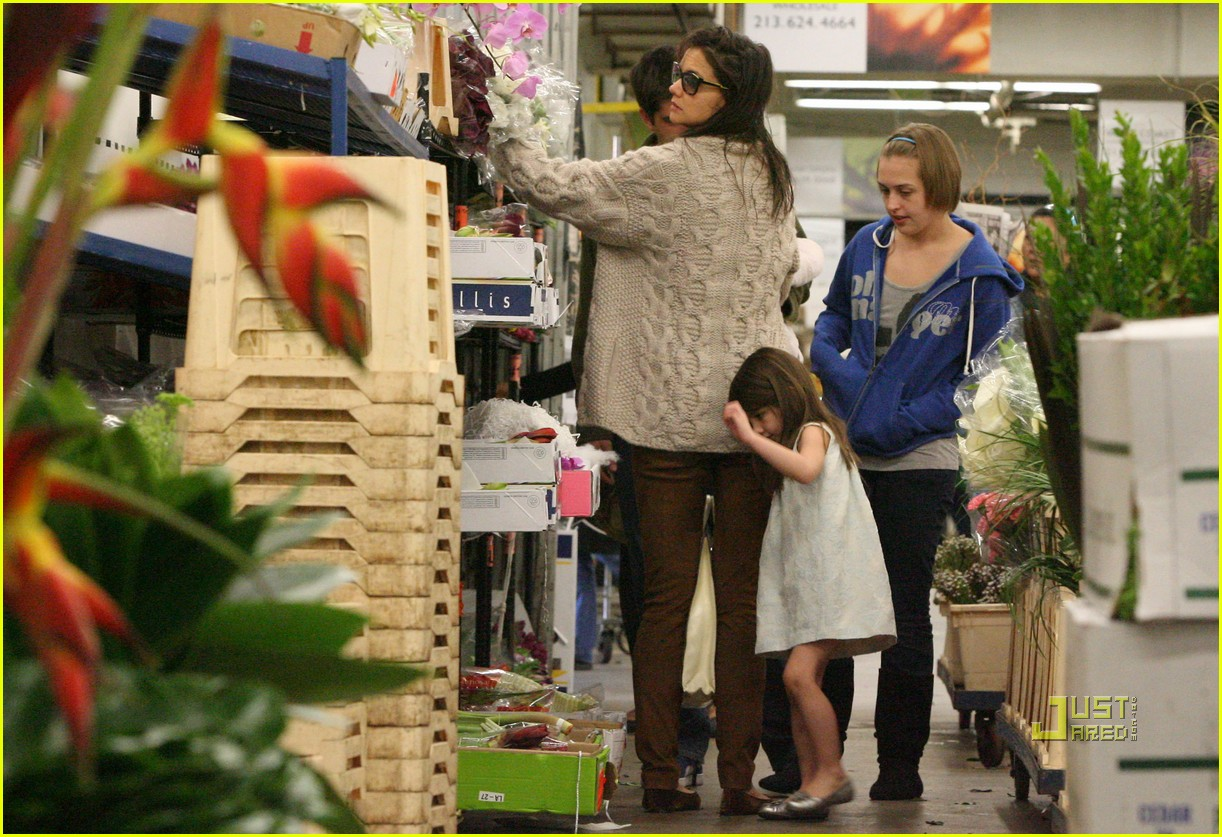 katie holmes suri cruise flowers 08