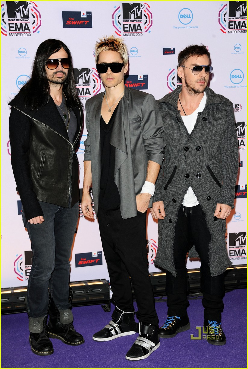 jared leto 30 seconds to mars 2010 mtv emas red carpet 02