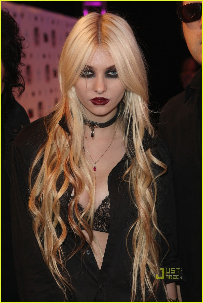 taylor momsen mtv emas 2010 red carpet 01