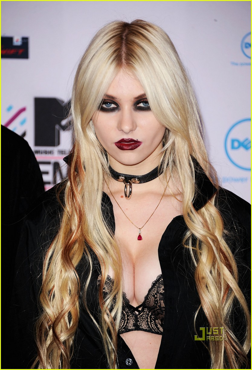 taylor momsen mtv emas 2010 red carpet 02
