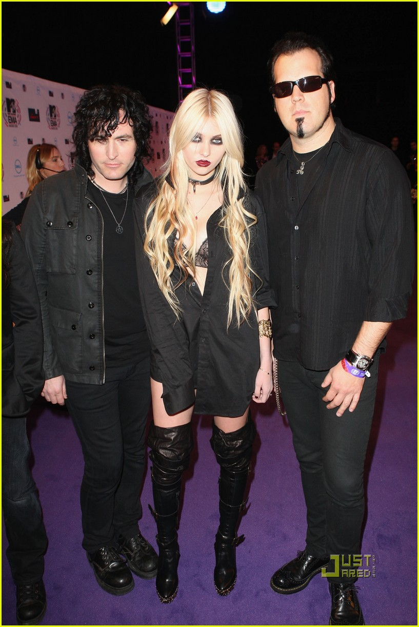 taylor momsen mtv emas 2010 red carpet 03