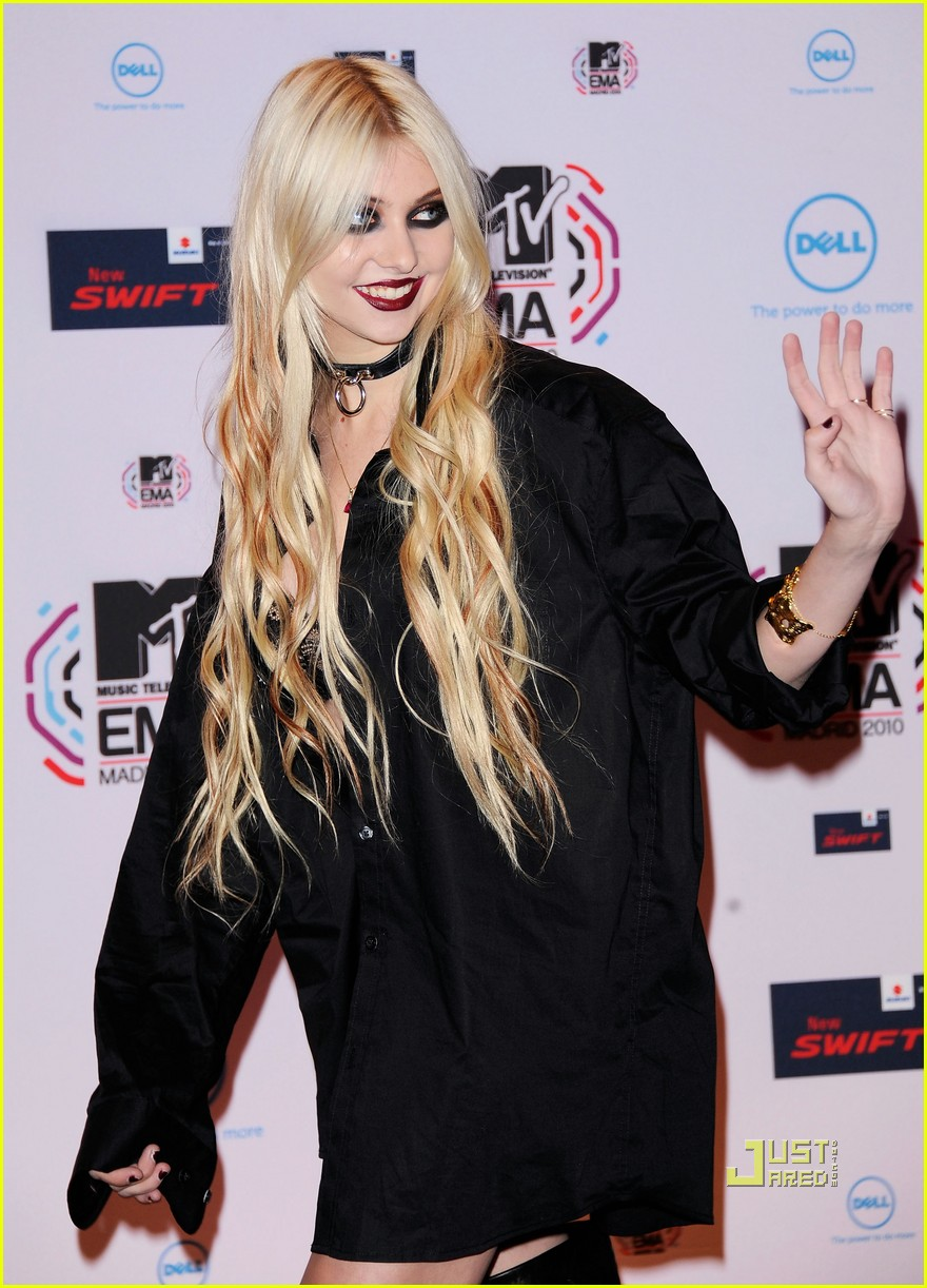 taylor momsen mtv emas 2010 red carpet 05