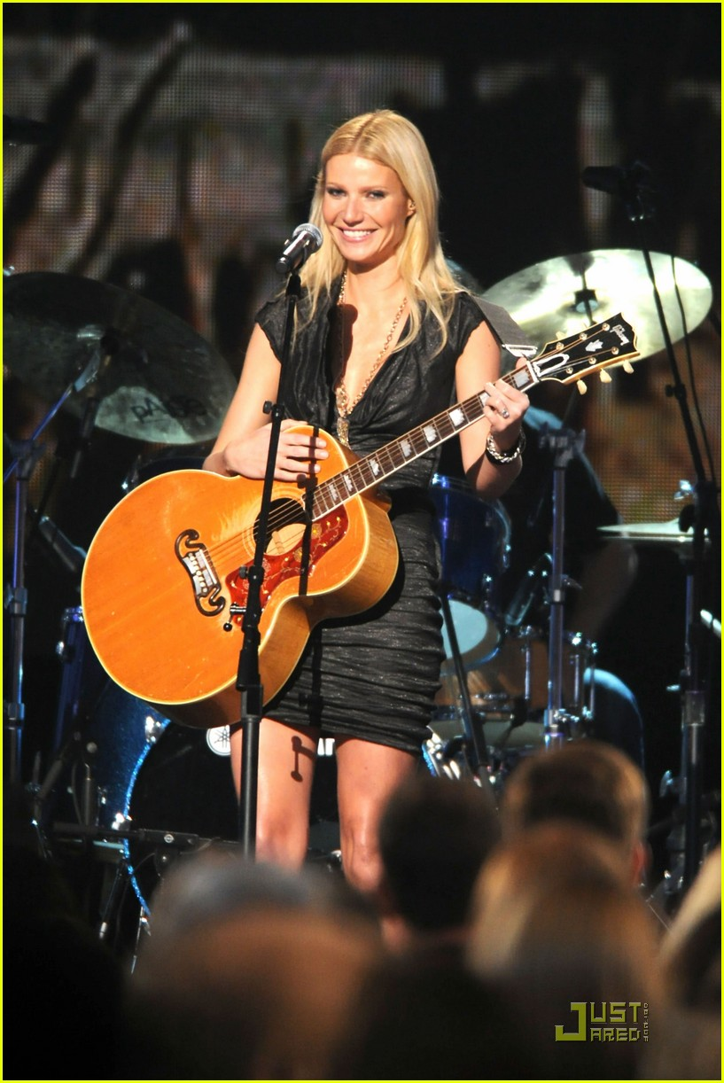 gwyneth paltrow cma performance 01
